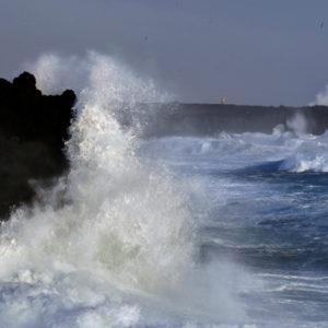 Tilkomikið brim er kraftmikið myndefni. Hér þarf samt að verja myndavélina fyrir seltunni í særokinu.