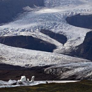 Hér er bíllinn notaður til að sýna hrikalegt landslagið.