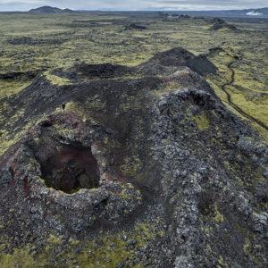Horft eftir gígaröðinni frá syðri hluta hennar. Áhugaverður gígur í forgrunni.