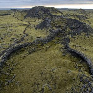 Gígur og hrauntröð. Vinstri megin við gígana má sjá gönguleið, svokallaðan Reykjaveg. Gaman er að ganga meðfram gígaröðinni og skoða undur hennar.
