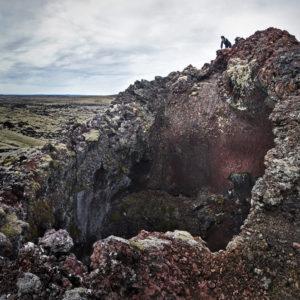 Gægst ofan í einn gíganna.  Mjög áhugavert er að ganga meðfram gígaröðinni og skoða undur hennar.