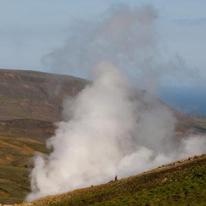 Göngumaður við hverinn Píni á Sveifluhálsi.