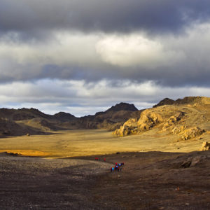 Göngufólk í kvöldsólinni á Sveifluhálsi.  Þar uppi mætir manni magnað hálendislandslag.